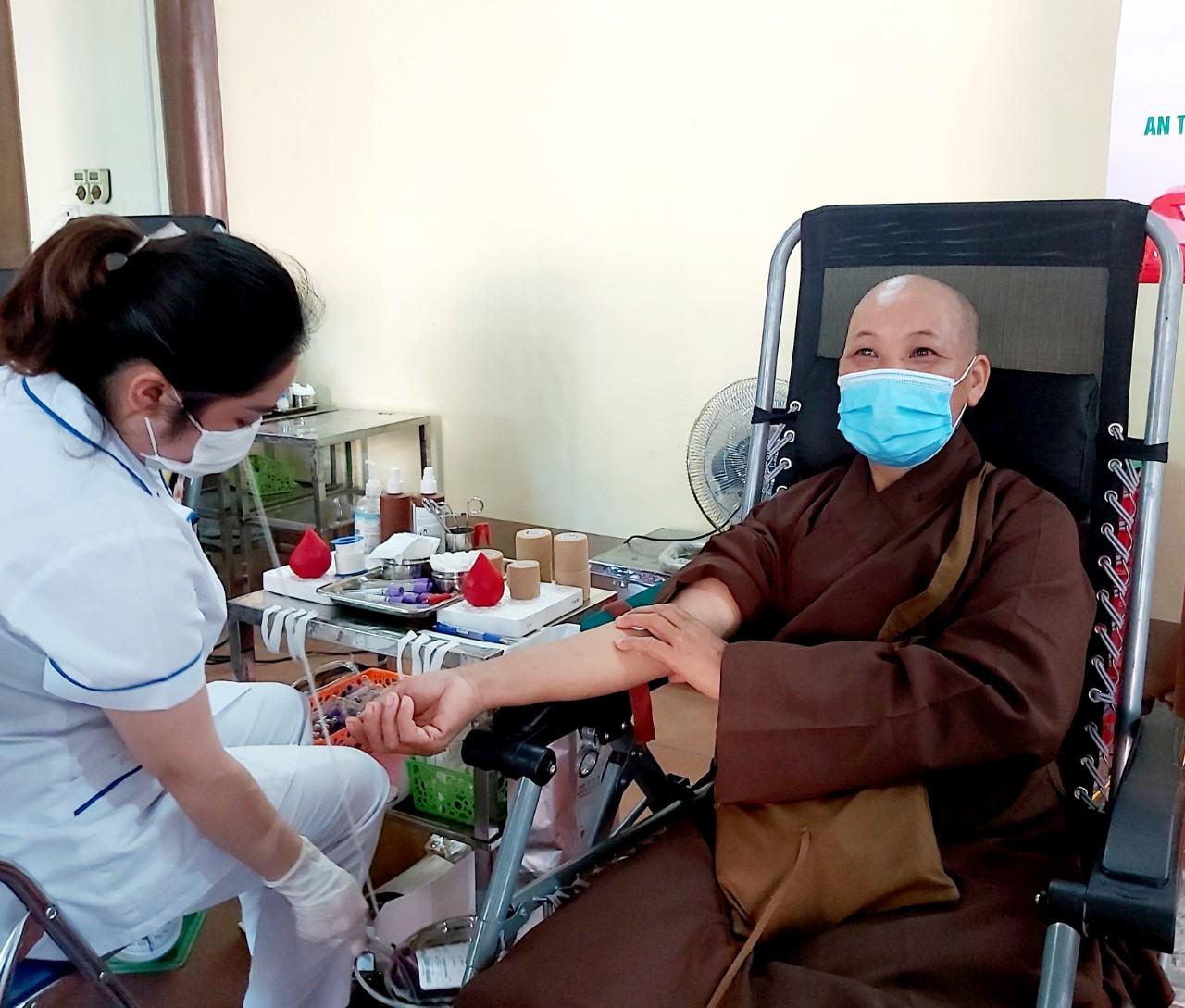 [Ảnh] Tăng ni, Phật tử hiến máu vì miền Nam ruột thịt - Ảnh 10.