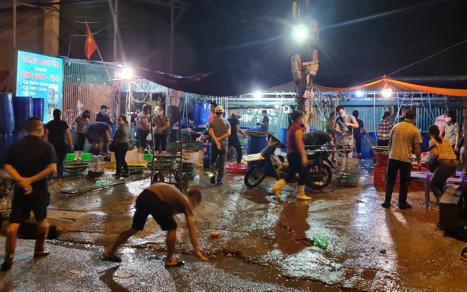 NÓNG: Giữa cao điểm chống dịch, hàng trăm người tụ tập bên ngoài chợ cá lớn nhất Hà Nội