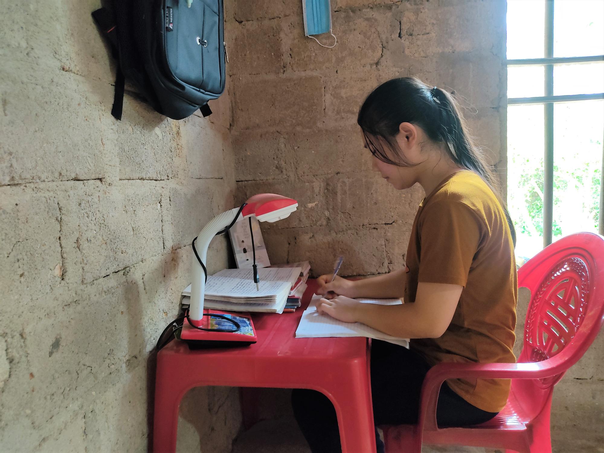 Nữ sinh nghèo có nguy cơ bỏ dở ước mơ vào giảng đường - Ảnh 3.