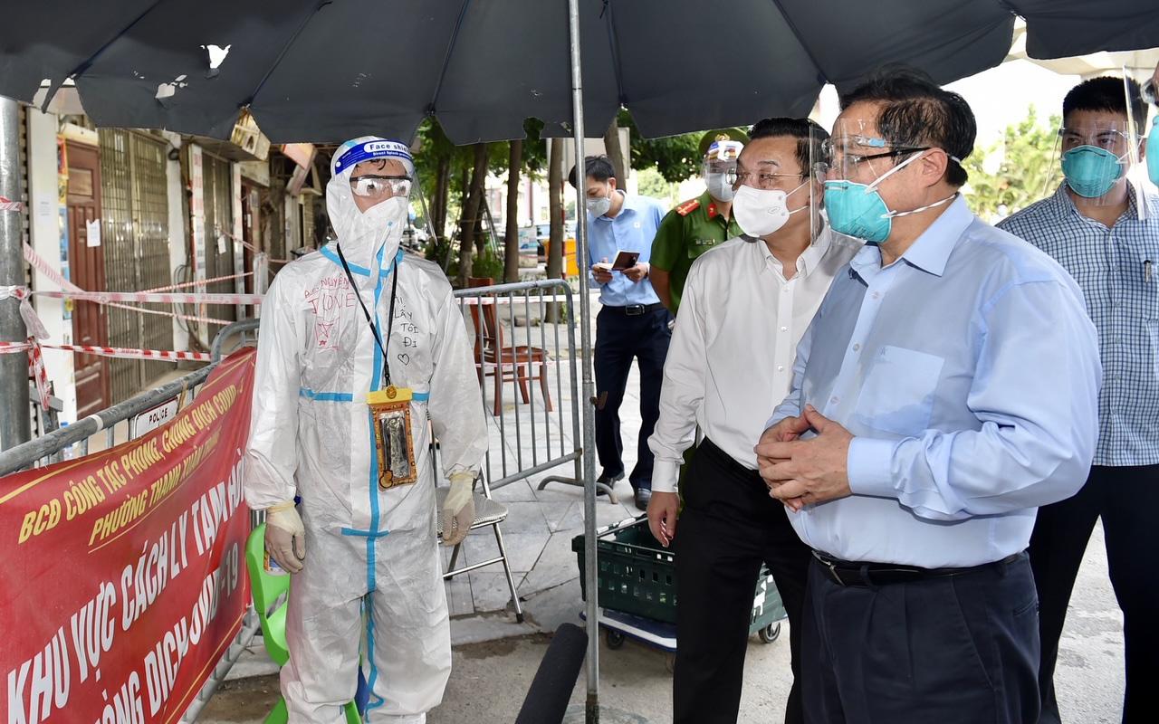 Thủ tướng kiểm tra đột xuất điểm dịch COVID-19 'nóng nhất' Hà Nội