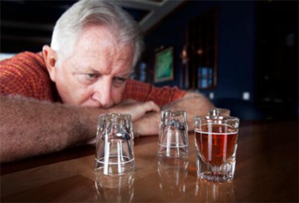 Lạm dụng rượu và trầm cảm thường liên quan khá mật thiết.jpg