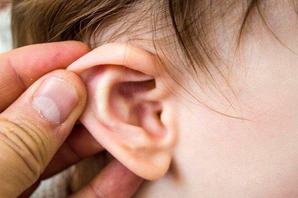 Trẻ nhỏ thường bứt rứt, quấy khóc vô cớ, khóc đêm, dùng tay sờ nắn vào tai khi bị viêm tai giữa.