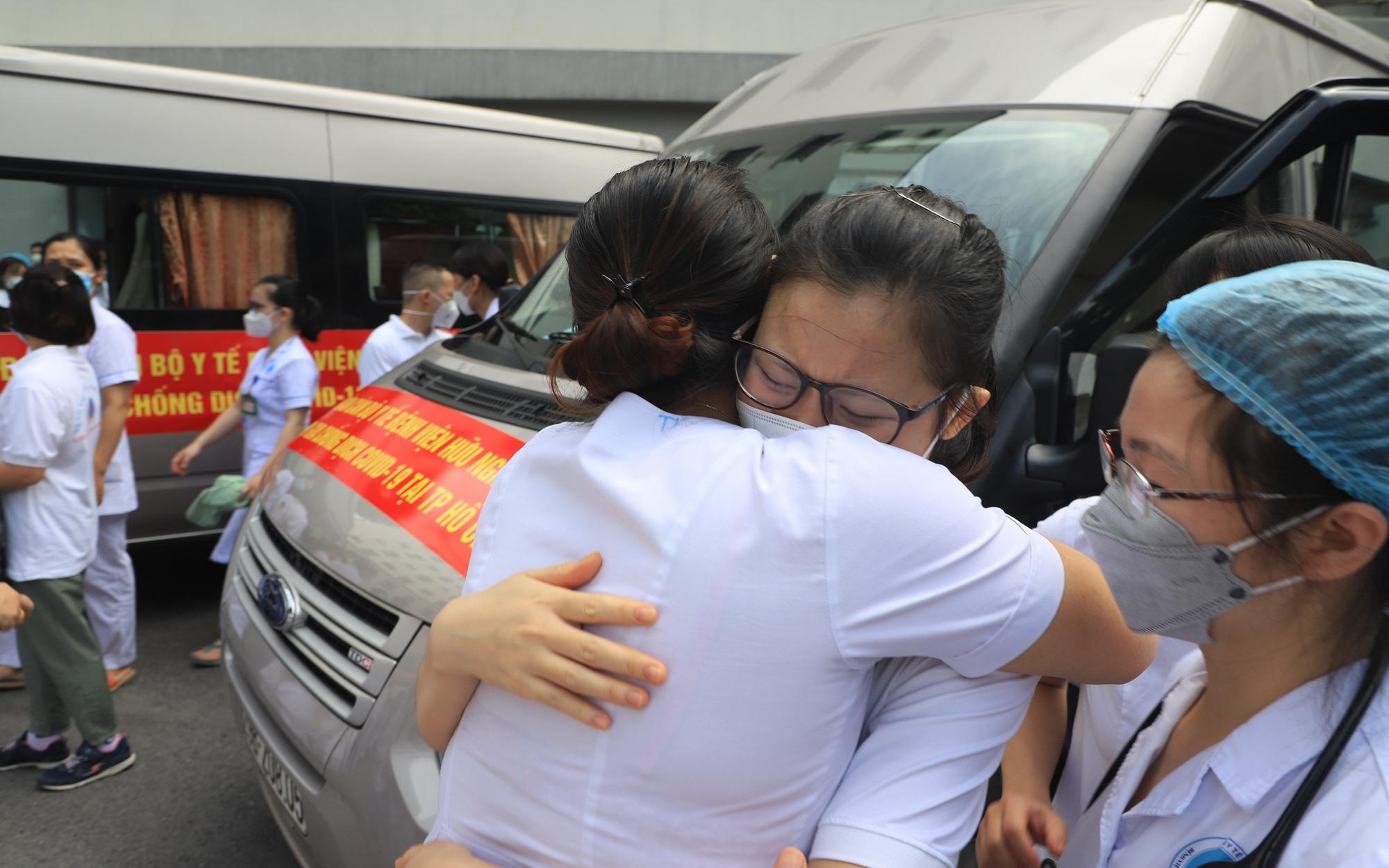 Chiến sĩ áo trắng từ Hà Nội tiếp tục chi viện miền Nam chống dịch