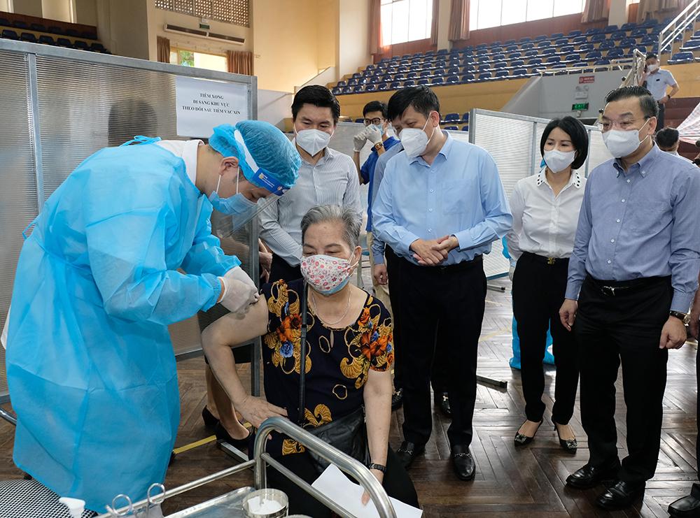 Bộ trưởng Bộ Y tế kỳ vọng đến ngày 15/9, 100% người trên 18 tuổi ở Hà Nội sẽ được tiêm vaccine - Ảnh 4.