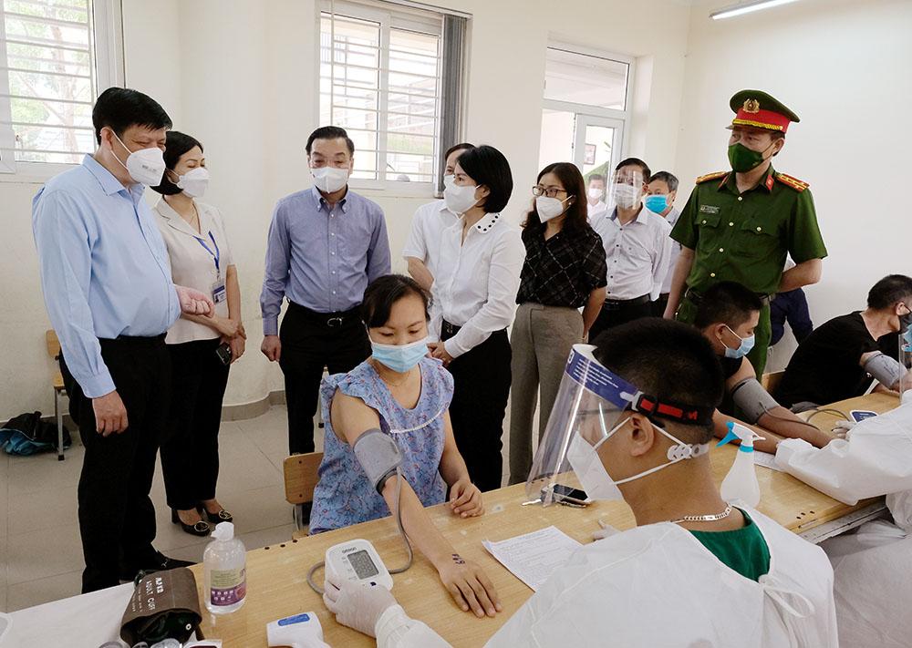Bộ trưởng Bộ Y tế kỳ vọng đến ngày 15/9, 100% người trên 18 tuổi ở Hà Nội sẽ được tiêm vaccine - Ảnh 3.