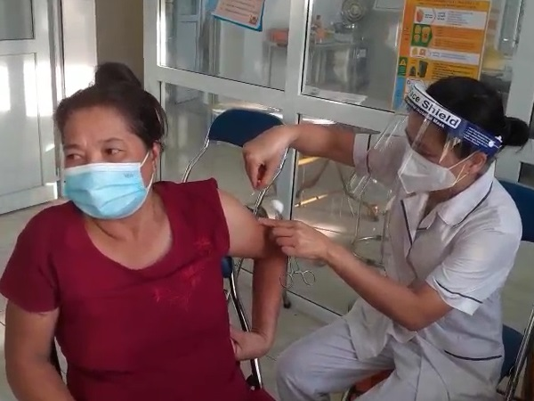 Tiêm vắc xin ngừa COVID- 19 tại xã Văn Bình.