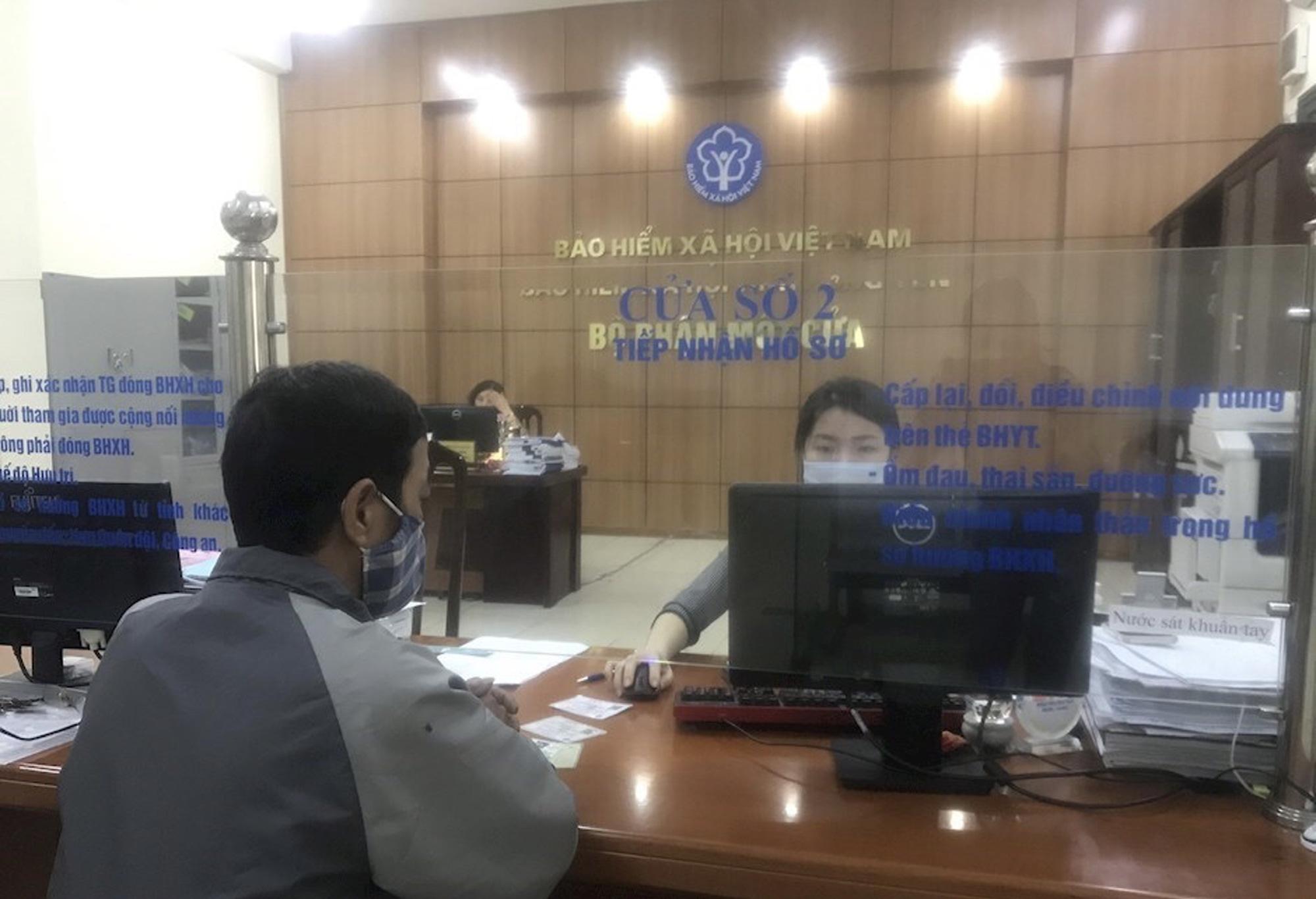 BHXH Việt Nam đồng hành, tháo gỡ khó khăn cho người lao động, doanh nghiệp vượt qua đại dịch - Ảnh 1.