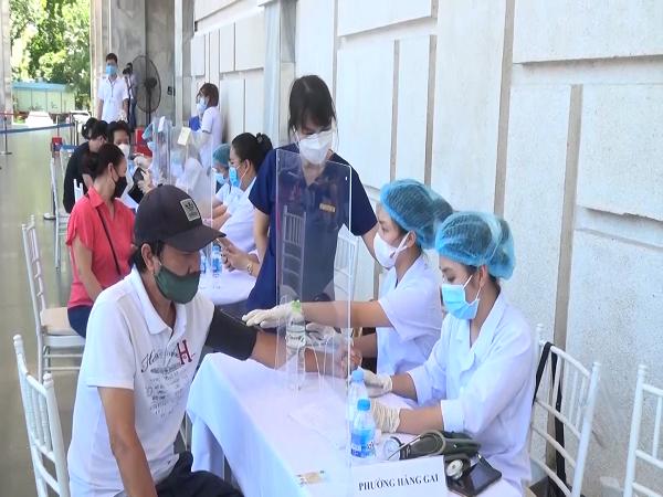 Đo huyết áp để chuẩn bị tiêm vaccine ngừa COVID-- 19 cho người dân phường Hàng Gai, quận Hoàn Kiếm.