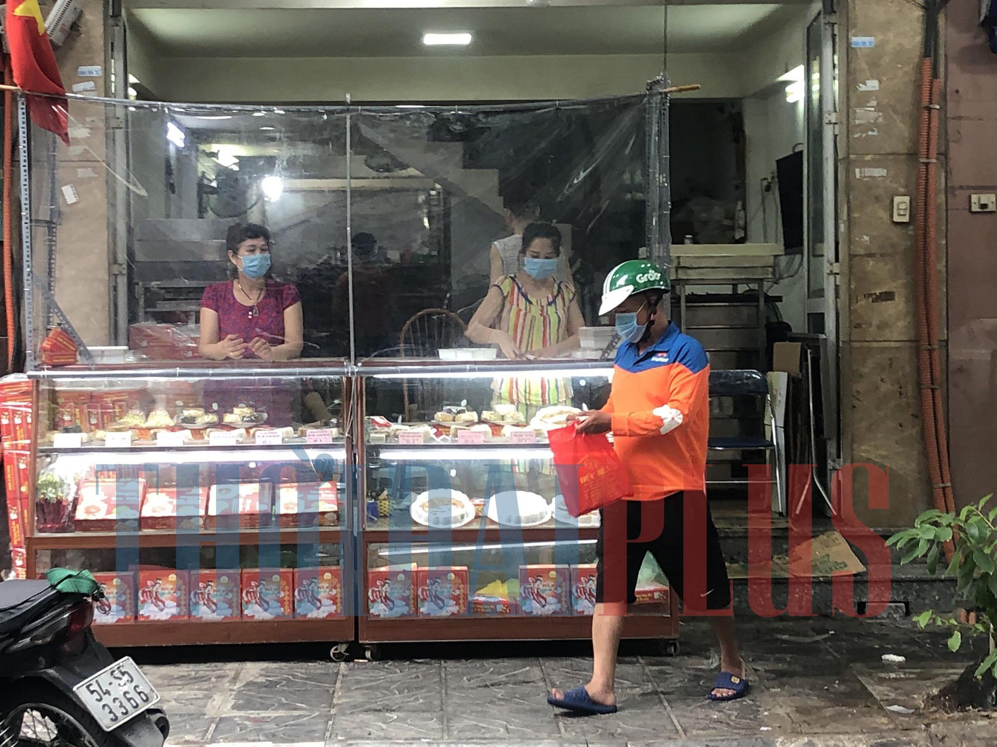 Để khách xếp hàng tấp nập, cửa hàng bánh trung thu Bảo Phương bị đóng cửa - Ảnh 8.
