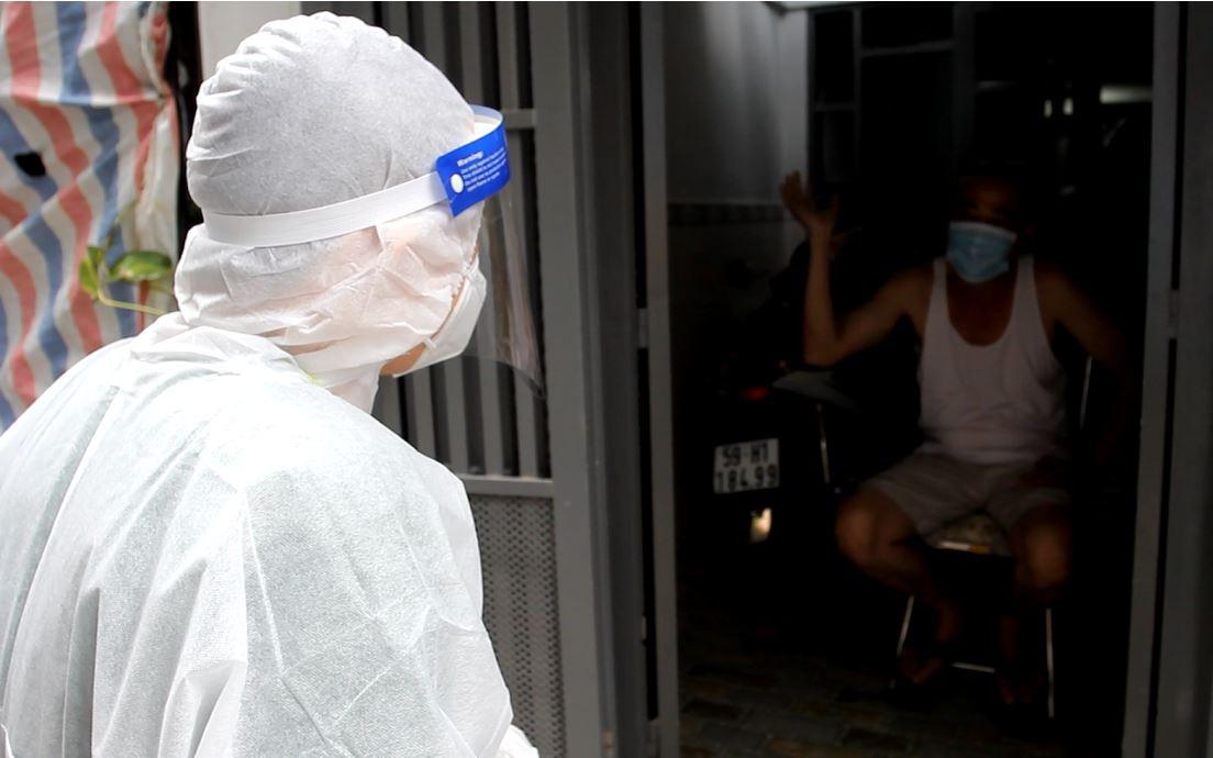 Theo chân Đội y tế lưu động hỗ trợ F0 điều trị tại nhà
