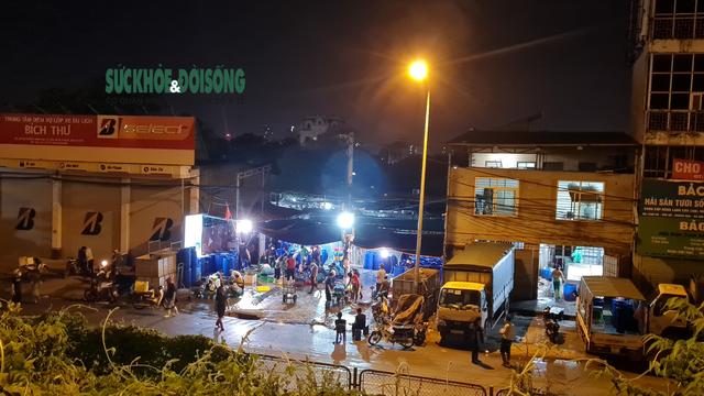 Xử phạt nhiều trường hợp tụ tập bên ngoài chợ cá lớn nhất Hà Nội giữa cao điểm chống dịch - Ảnh 2.