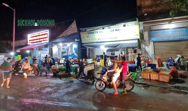 Xử phạt nhiều trường hợp tụ tập bên ngoài chợ cá lớn nhất Hà Nội giữa cao điểm chống dịch - Ảnh 3.