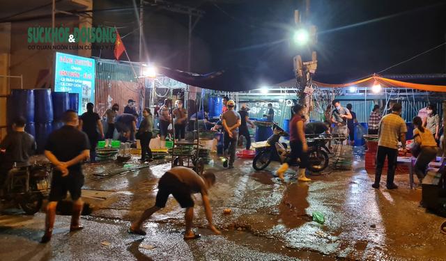 Xử phạt nhiều trường hợp tụ tập bên ngoài chợ cá lớn nhất Hà Nội giữa cao điểm chống dịch - Ảnh 4.