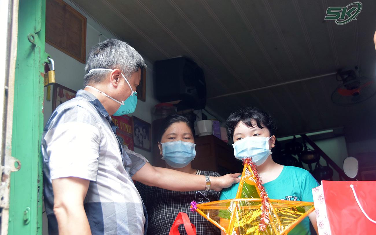 Thứ trưởng Nguyễn Trường Sơn thăm, tặng quà Trung thu cho trẻ nhỏ có người thân mất do COVID-19