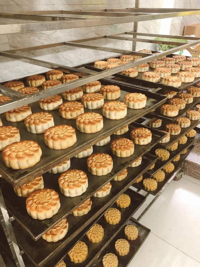 Hội Thầy thuốc trẻ, đại diện WHO tại Việt Nam xuống bếp làm bánh trung thu tặng tuyến đầu chống dịch - Ảnh 8.