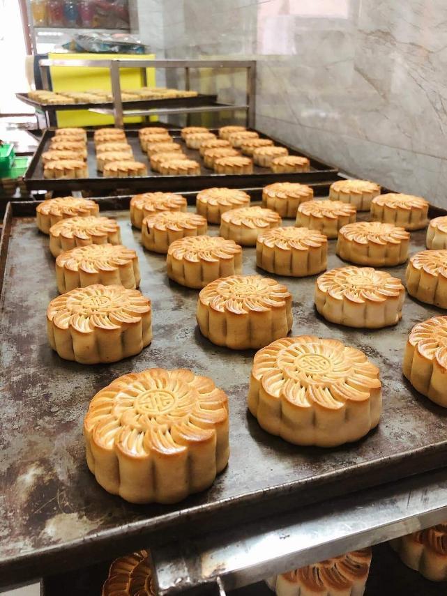 Hội Thầy thuốc trẻ, đại diện WHO tại Việt Nam xuống bếp làm bánh trung thu tặng tuyến đầu chống dịch - Ảnh 9.