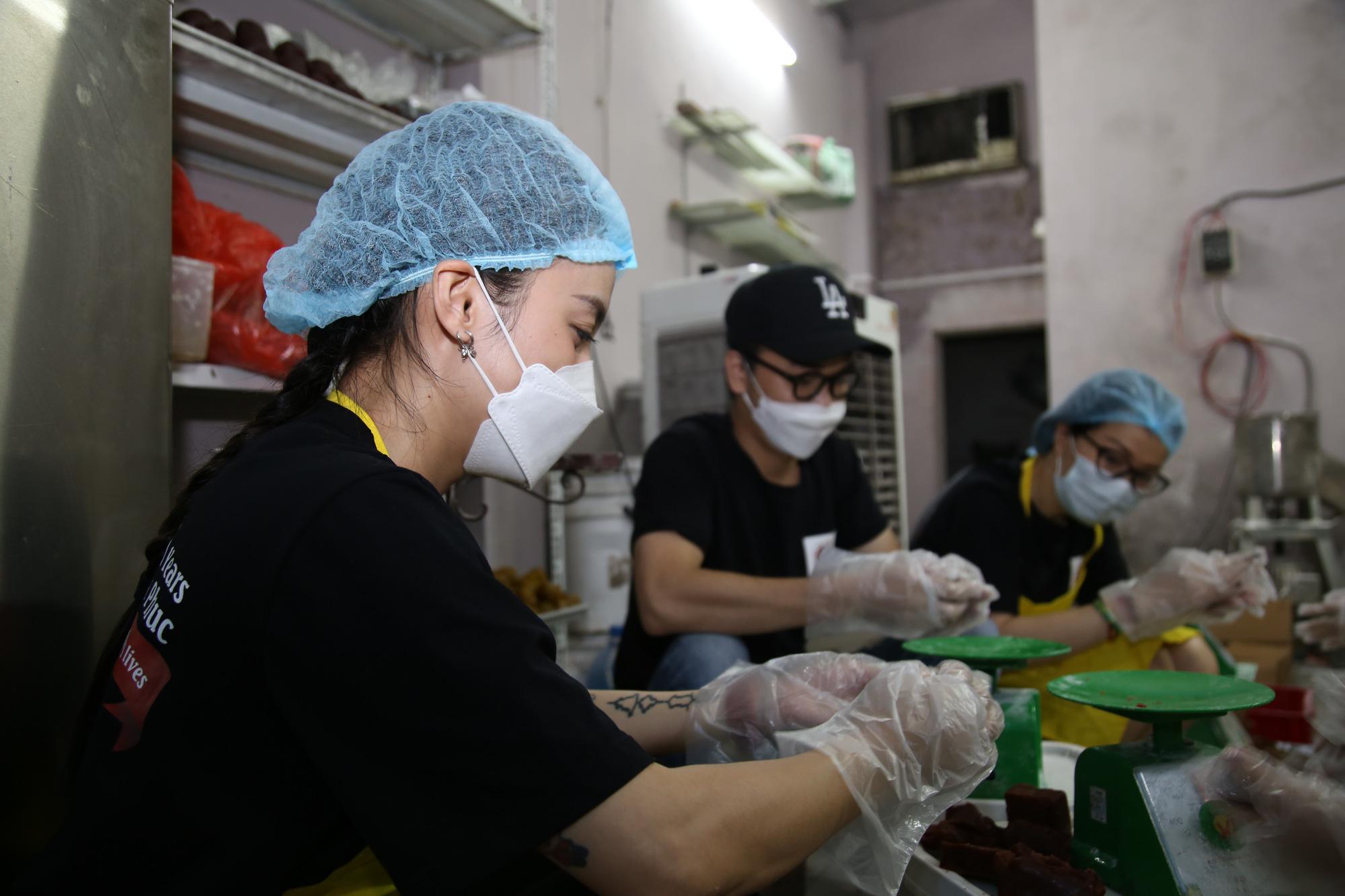 Hội Thầy thuốc trẻ, đại diện WHO tại Việt Nam xuống bếp làm bánh trung thu tặng tuyến đầu chống dịch - Ảnh 6.