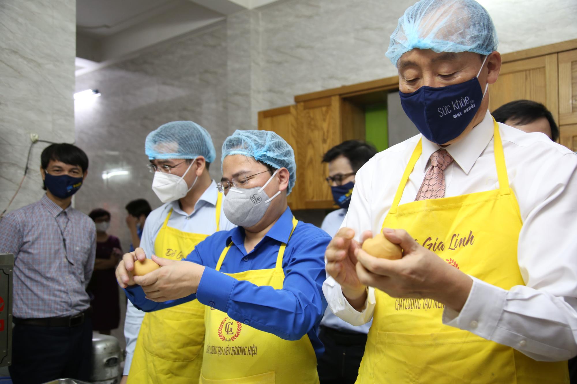 Hội Thầy thuốc trẻ, đại diện WHO tại Việt Nam xuống bếp làm bánh trung thu tặng tuyến đầu chống dịch - Ảnh 2.