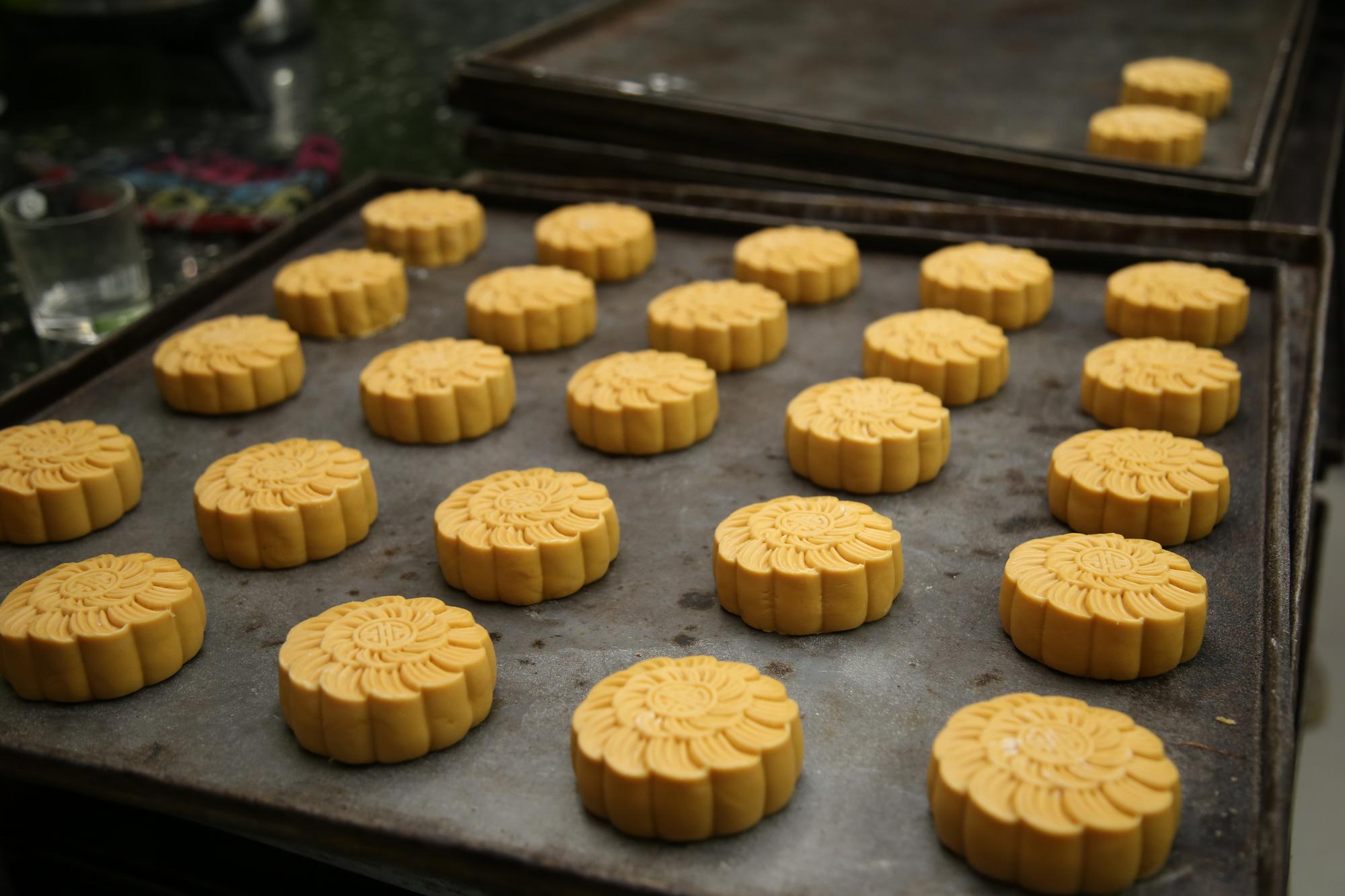 Hội Thầy thuốc trẻ, đại diện WHO tại Việt Nam xuống bếp làm bánh trung thu tặng tuyến đầu chống dịch - Ảnh 7.