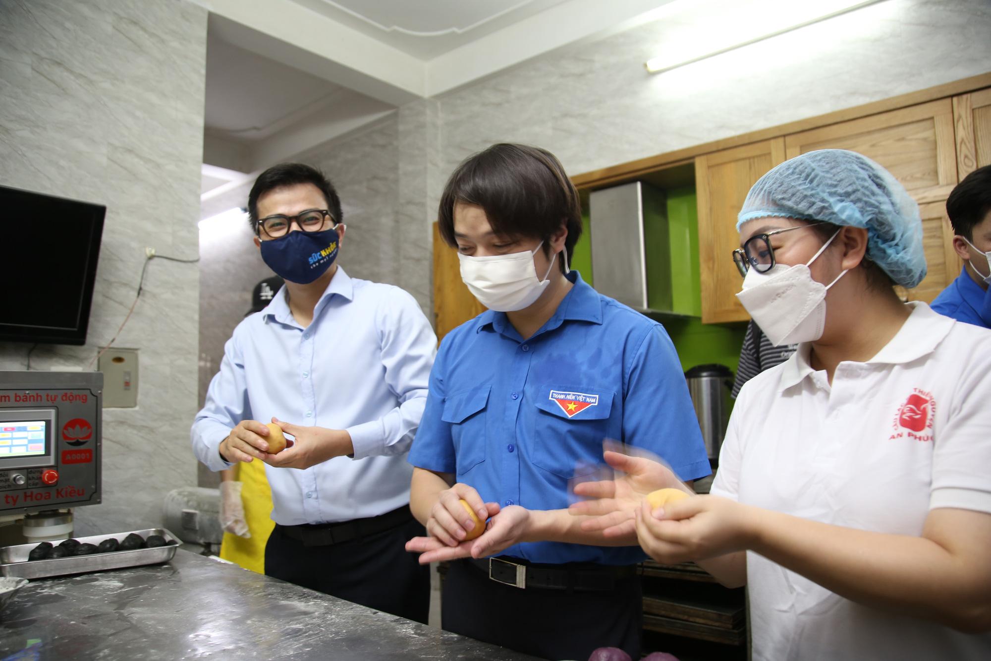 Hội Thầy thuốc trẻ, đại diện WHO tại Việt Nam xuống bếp làm bánh trung thu tặng tuyến đầu chống dịch - Ảnh 3.