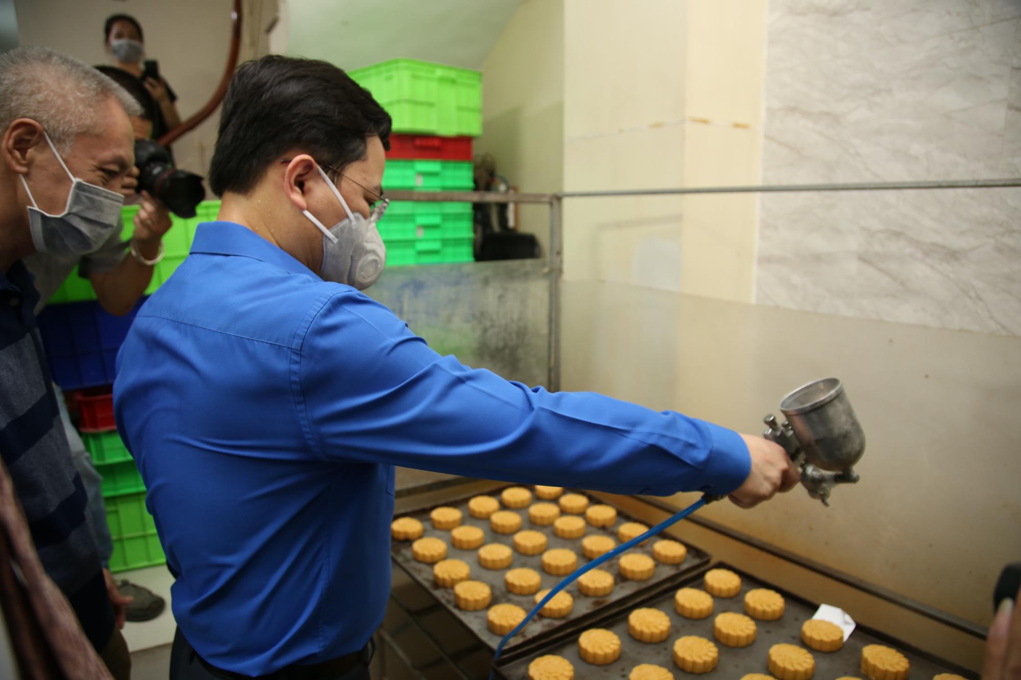 Hội Thầy thuốc trẻ, đại diện WHO tại Việt Nam xuống bếp làm bánh trung thu tặng tuyến đầu chống dịch - Ảnh 4.