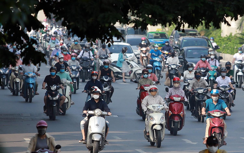 Người, xe tấp nập trong ngày đầu Hà Nội bỏ giấy đi đường