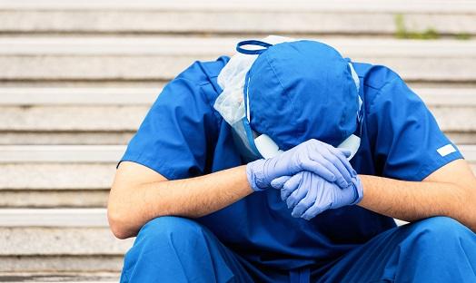 Stress, sang chấn tâm lý- 'Đại dịch' tấn công nhân viên y tế trong COVID-19 - Ảnh 2.