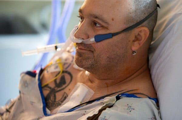 Sự tuyệt vọng của bệnh nhân giữa đại dịch Covid-19: Bệnh viện quá tải, bác sĩ bất lực, đến phẫu thuật hở van tim cũng bị hoãn  - Ảnh 1.