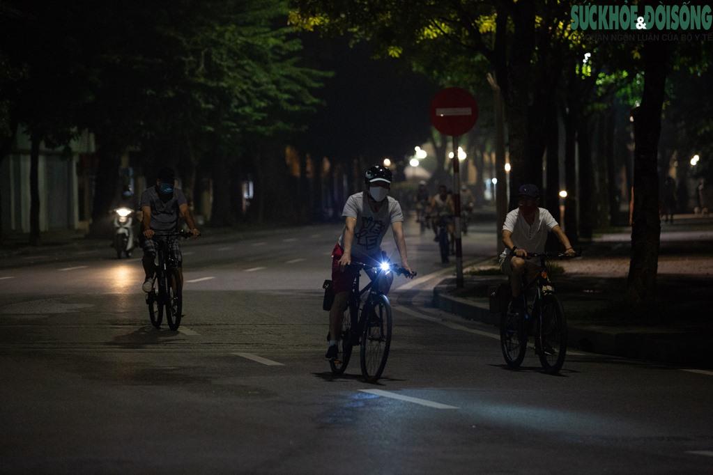 """Hồ Gươm bất ngờ trở thành """"sân tập thể thao"""" lớn nhất Thủ đô rạng sáng nay - Ảnh 5."""