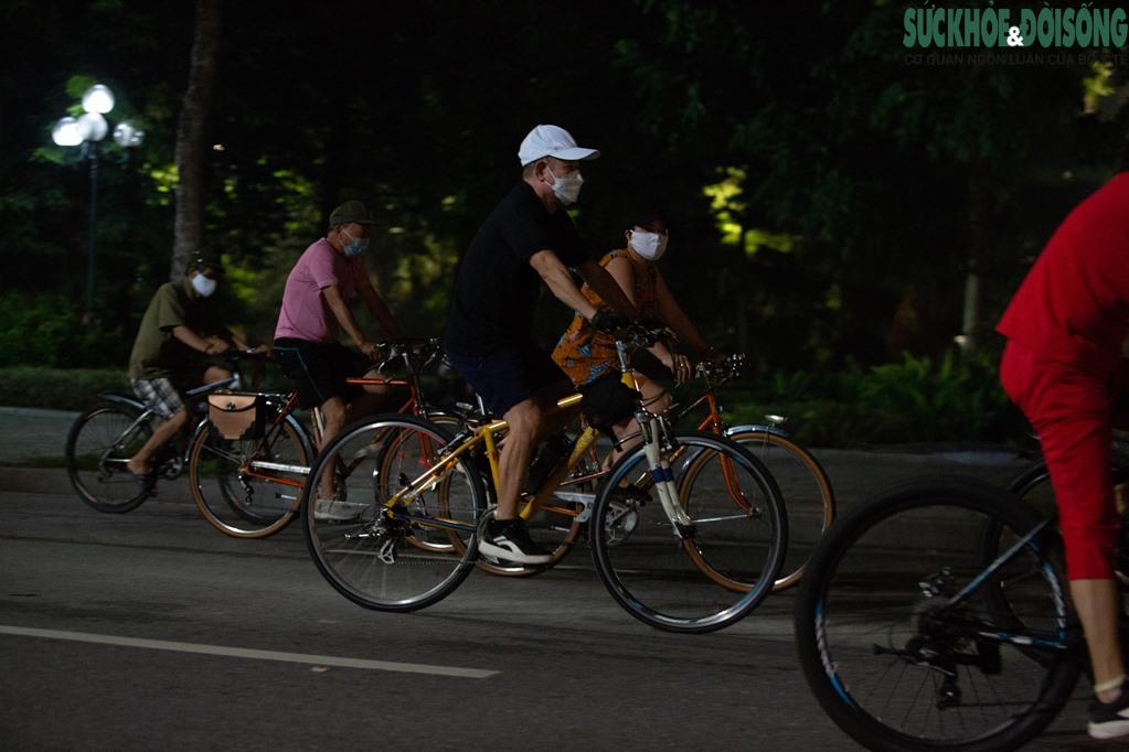 """Hồ Gươm bất ngờ trở thành """"sân tập thể thao"""" lớn nhất Thủ đô rạng sáng nay - Ảnh 7."""