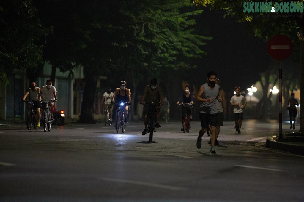 """Hồ Gươm bất ngờ trở thành """"sân tập thể thao"""" lớn nhất Thủ đô rạng sáng nay - Ảnh 8."""