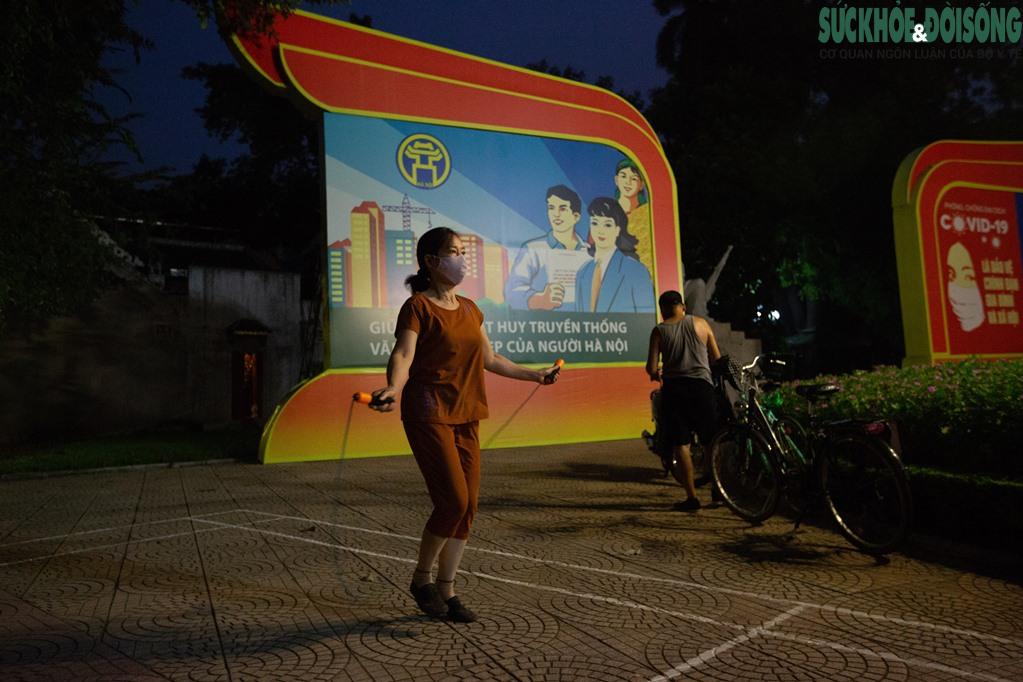 """Hồ Gươm bất ngờ trở thành """"sân tập thể thao"""" lớn nhất Thủ đô rạng sáng nay - Ảnh 9."""