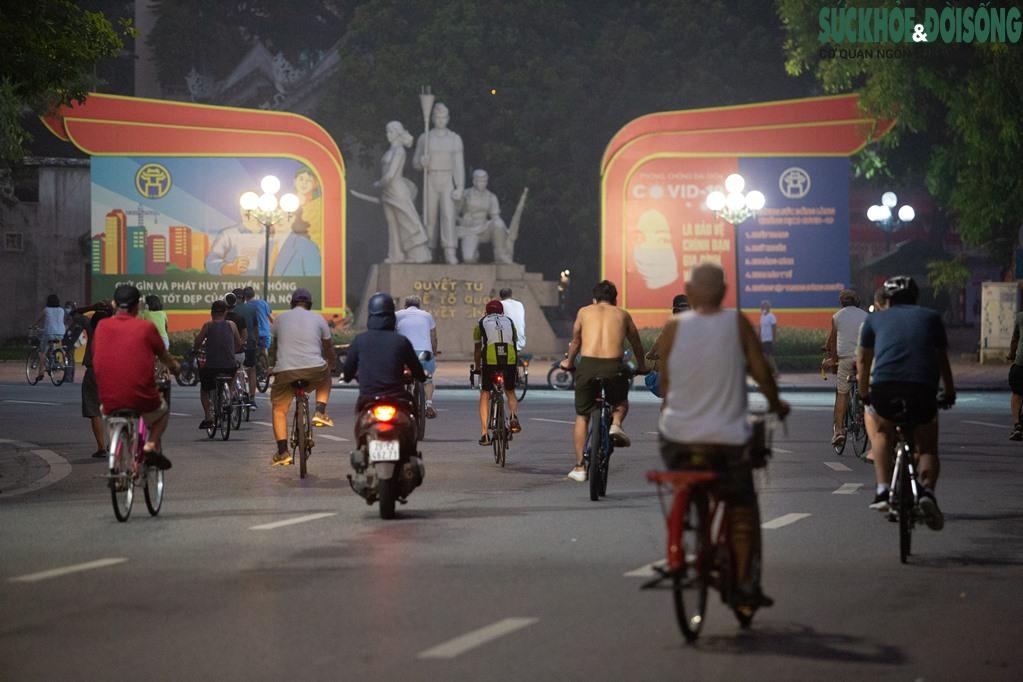 """Hồ Gươm bất ngờ trở thành """"sân tập thể thao"""" lớn nhất Thủ đô rạng sáng nay - Ảnh 11."""