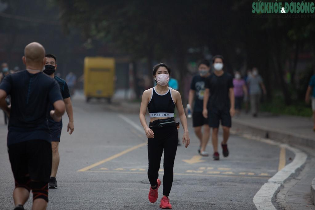 """Hồ Gươm bất ngờ trở thành """"sân tập thể thao"""" lớn nhất Thủ đô rạng sáng nay - Ảnh 13."""