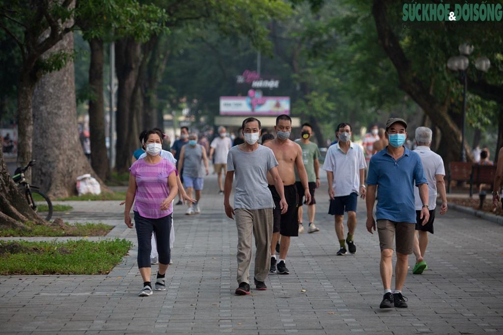 """Hồ Gươm bất ngờ trở thành """"sân tập thể thao"""" lớn nhất Thủ đô rạng sáng nay - Ảnh 15."""