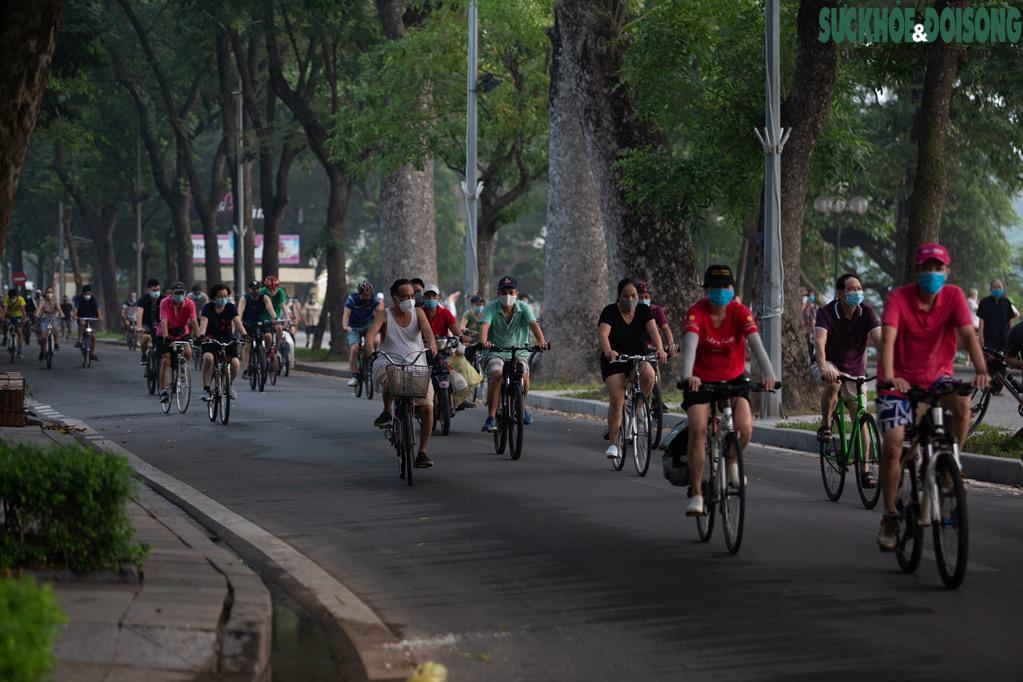 """Hồ Gươm bất ngờ trở thành """"sân tập thể thao"""" lớn nhất Thủ đô rạng sáng nay - Ảnh 16."""