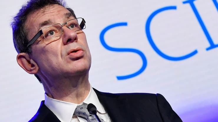 CEO Pfizer dự đoán thời điểm cuộc sống sẽ bình thường trở lại và việc tiêm chủng vắc xin phòng COVID-19 - Ảnh 1.