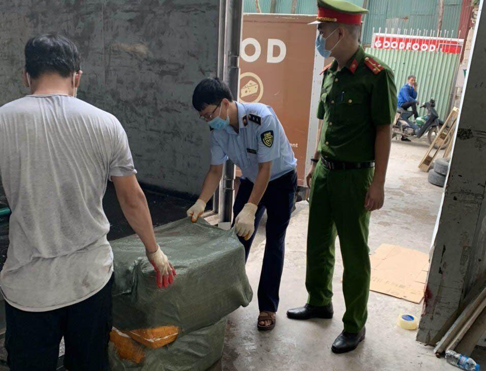 """Lợi dụng giấy phép """"luồng xanh"""", chở 7 tấn nầm lợn không nguồn gốc về Hà Nội bán kiếm lời - Ảnh 1."""