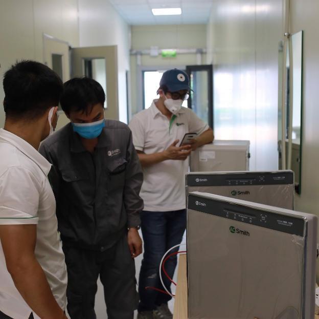 Gấp rút hoàn thiện hệ thống máy lọc nước uống trực tiếp tại bệnh viện dã chiến Hà Nội - Ảnh 4.