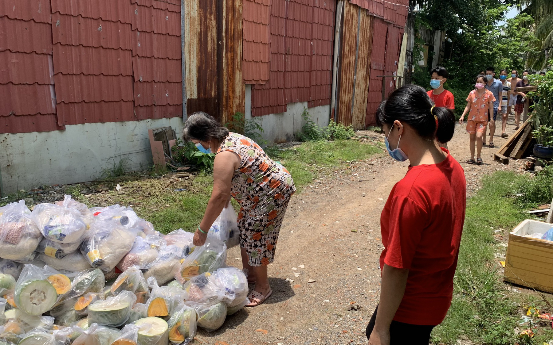 Đáp ứng các cuộc gọi khẩn cấp nhờ hỗ trợ lương thực ở tâm dịch TP.HCM