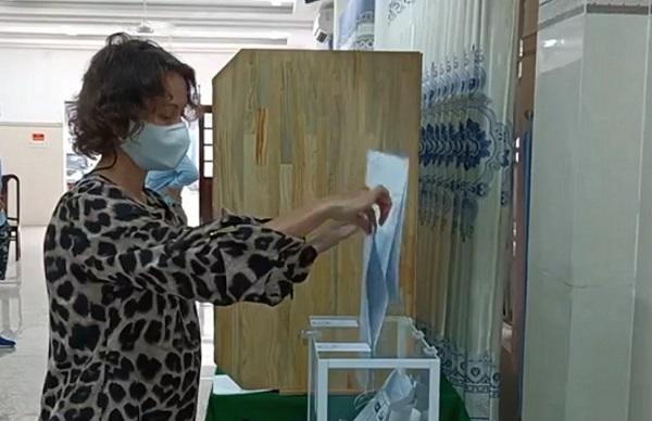 Cử tri Nga tại Khánh Hòa đi bỏ phiếu bầu đại biểu Duma quốc gia Nga - Ảnh 2.