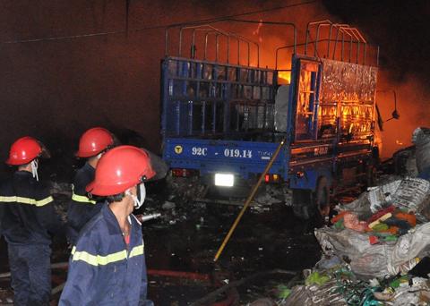 Hàng trăm lính cứu hỏa chữa cháy kho phế liệu 2