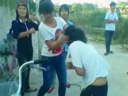 Nữ sinh bị đánh, xé áo trước mặt mọi người 2