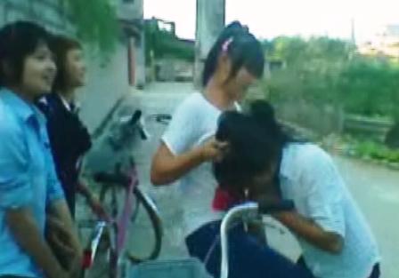 Nữ sinh bị đánh, xé áo trước mặt mọi người 1