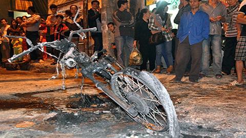 Châm lửa đốt xe máy giữa Hà Nội 2