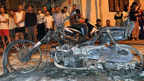 Châm lửa đốt xe máy giữa Hà Nội 1