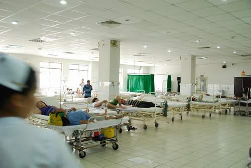Côn đồ náo loạn bệnh viện, hành hung bác sĩ 2