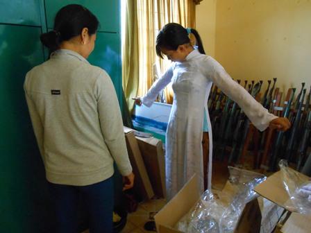 Hơn 8 năm, cô giáo đi xin áo dài cho nữ sinh nghèo