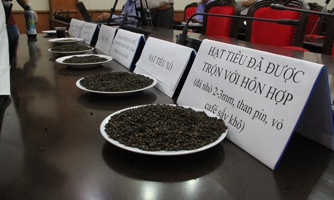 Các mẫu tang vật cà phê trộn than pin được cơ quan công an thu giữ
