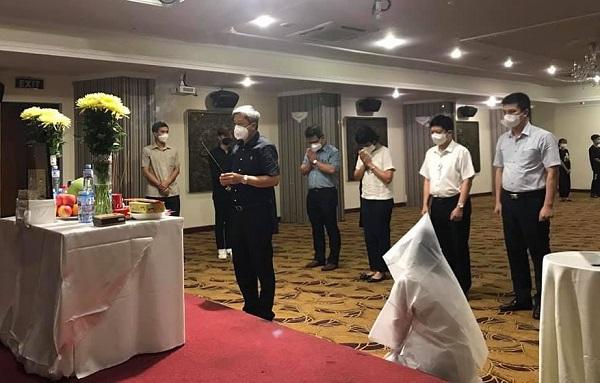 Thứ trưởng Bộ Y tế Nguyễn Trường Sơn đến viếng bố em Dương Thị Anh tại TP HCM.